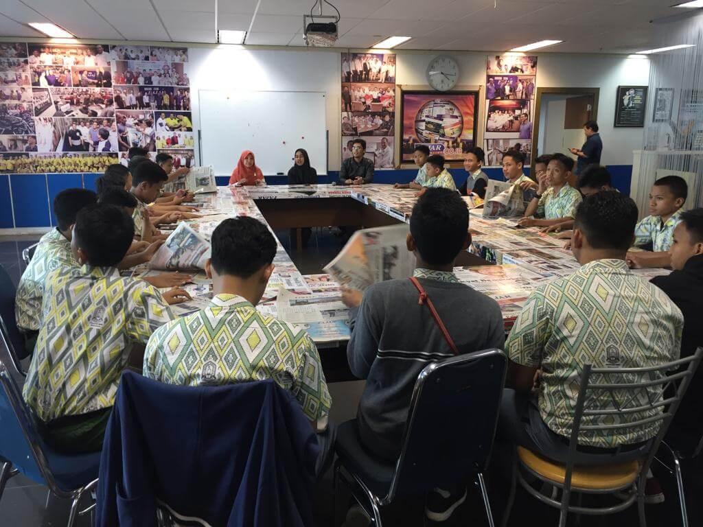 Kunjungan Jurnalistik Santri Pesantren IMMIM  ke Penerbit Erlangga dan Redaksi Harian FAJAR