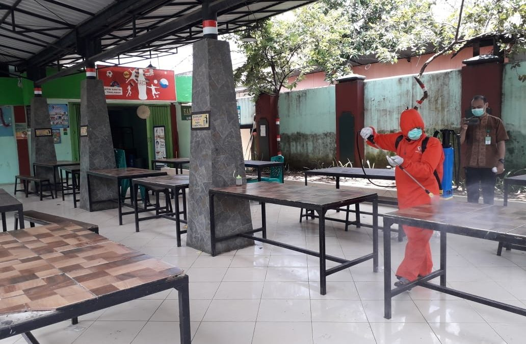 Penyemprotan Disinfektan Di Lingkungan Pesantren